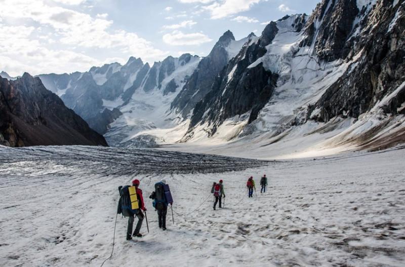 группа в движении по леднику Скаттиком