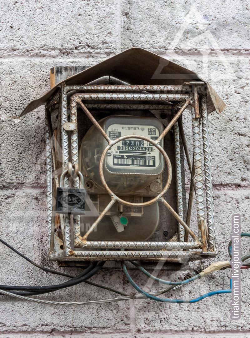 Фото электрического счетчика в защитной клетке