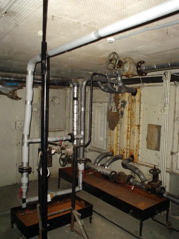 Под трубами обвязки - поддоны для сбора воды