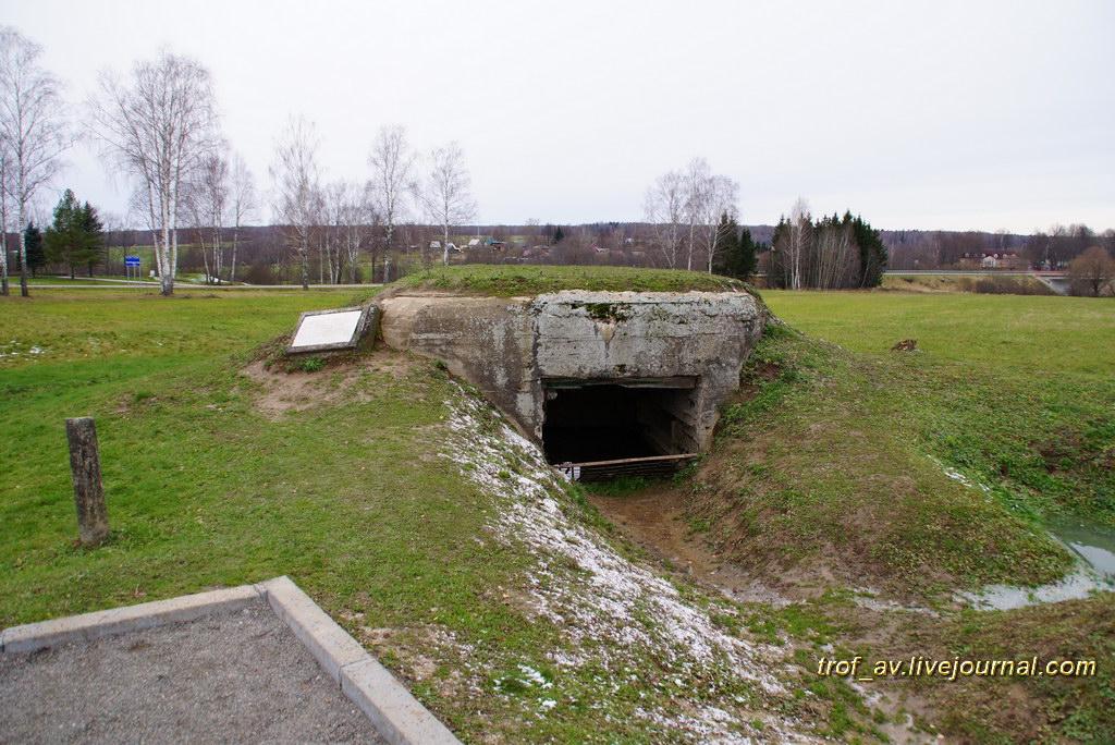 ДОТ у памятника Т-34
