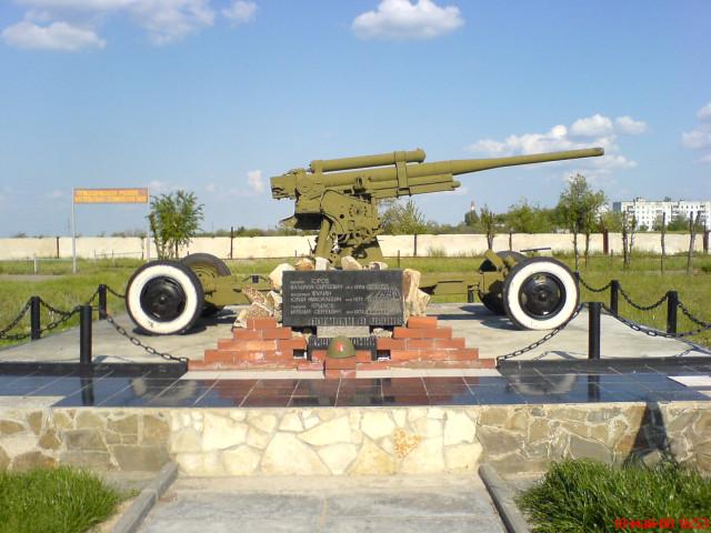Воинская часть возле Волгограда. Раньше была то ли ПВО, то ли ВВС, а сейчас (на 05.2008 г.) там артиллеристы (по давности не помню). Памятник погибшим в Чечне