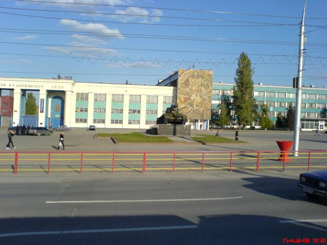 Волгоград. Т-34-76 возле центральной проходной Волгоградского тракторного завода им. Ф.Э.Дзержинского