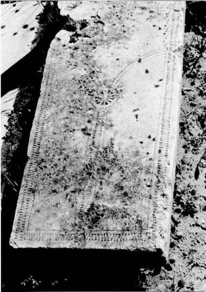 Вилообразный крест на старинном надгробии (фото из книги Фоменко)