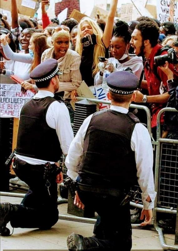 britaniya_protest_policiya_na_koleniyah.jpg