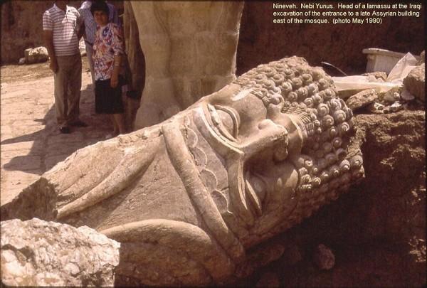 Ниневия.-Неби-Юнус.-Иракские-археологи-вели-раскопки-монументального-входа-в-конце-ассирийских-здания.-Большая-голова-скульптуры