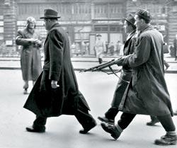 Будапешт_56._Конвоируют_сотрудника_венгерской_ГБ
