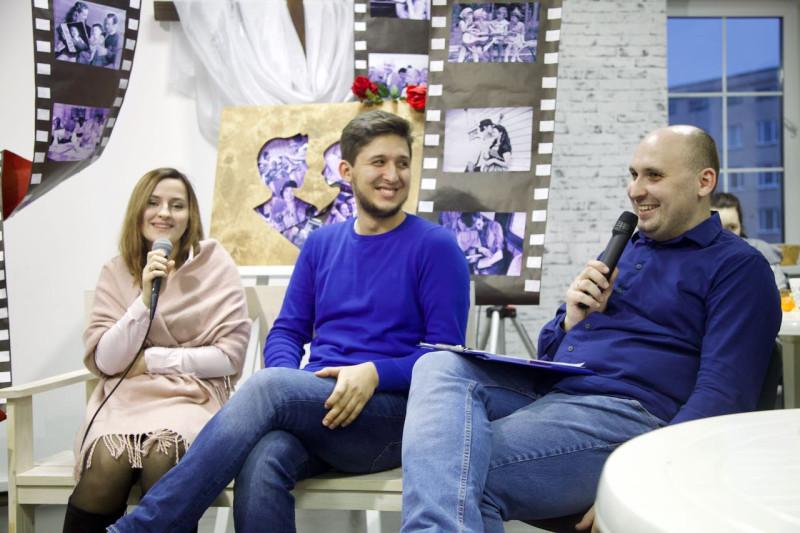 Аня, Мартин и ведущий семейной встречи Денис Комягин