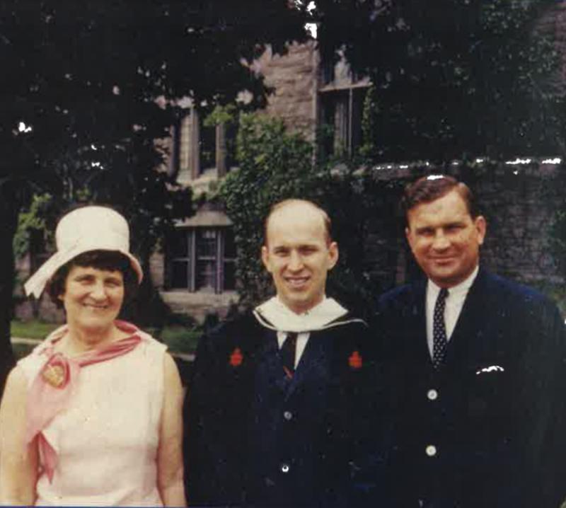 Дентон с мамой и братом. Сэмом во время окончания Гарвардской богословской школы