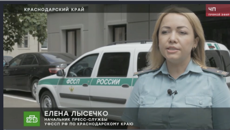 Скриншот из указанного сюжета. Представитель власти объясняет народу, что дом был закрыт из-за нарушений пожарной безопасности.