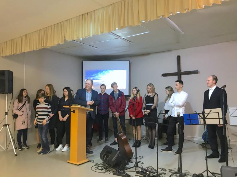 Молодежь прославляет Бога в своих песнях