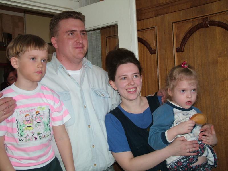 Вениамин с женой Еленой и детьми. п.Солнечный. 2004-ый год
