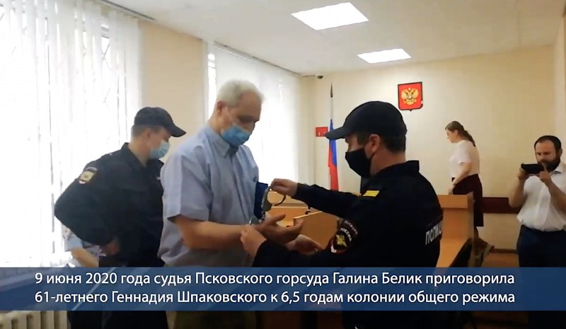 """Полиция России занята чрезвычайно важным делом - надевает наручники """"преступнику"""", который и комара не мог обидеть"""