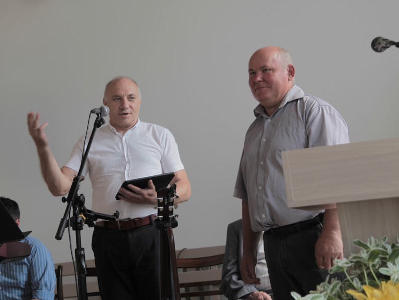 Николай Назарук (слева) представляет служителя церкви Анатолия Кальмана