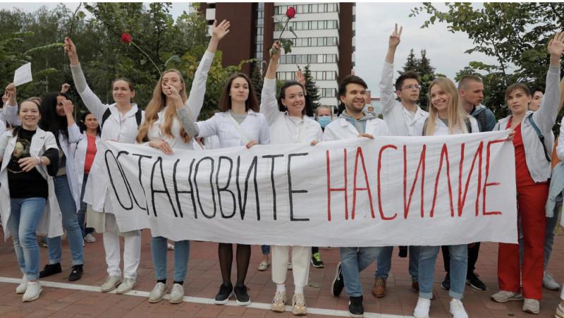 Белорусские медработники на акции против насилия, 12 августа 2020 года REUTERS - VASILY FEDOSENKO
