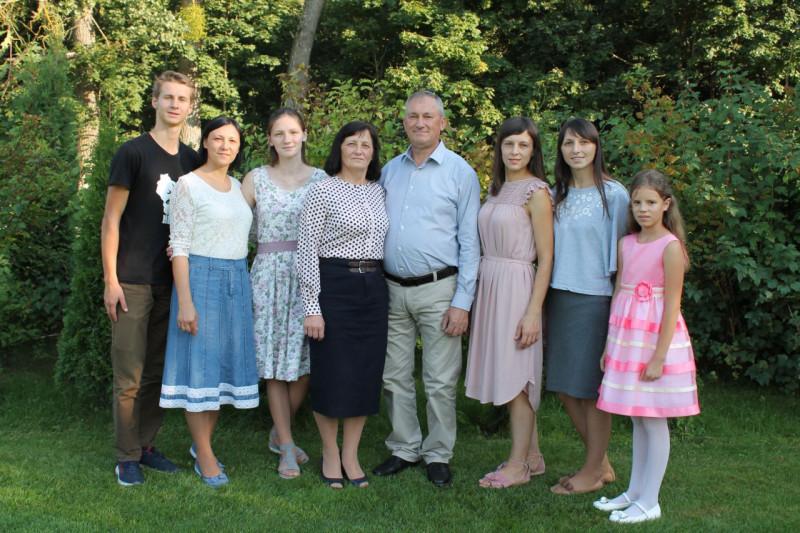 Михаил и Людмила со своими и приемными детьми