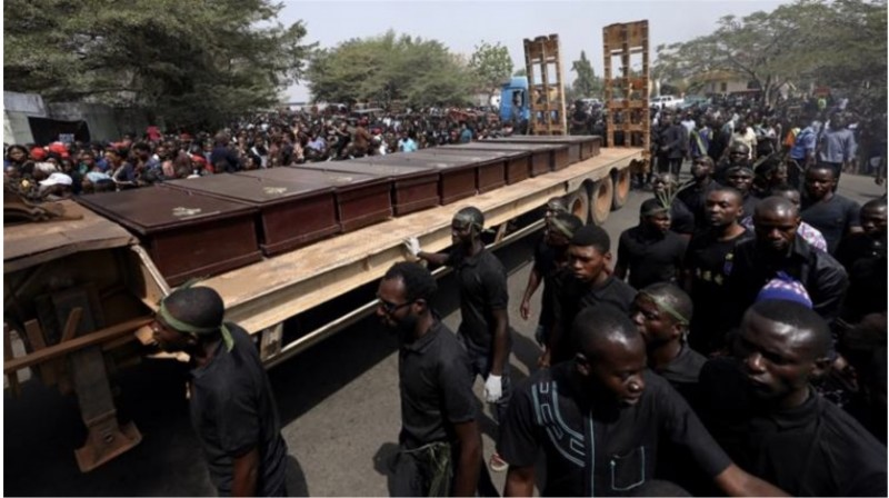 Мужчины маршируют вдоль грузовика с гробами людей, убитых пастухами фулани, в Макурди, Нигерия, 11 января 2018 г. (Фото: Reuters)