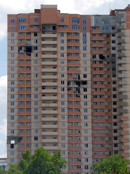 Многоэтажка в Луганске, результат попадания «градин».