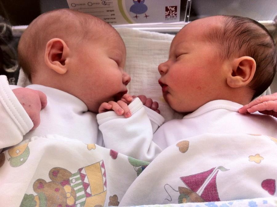 Естественные роды двойняшек