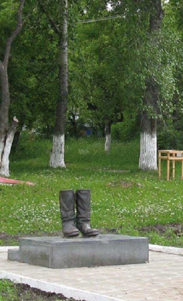 Посёлок Звёздный Пермского края. Памятник «Солдатские сапоги»