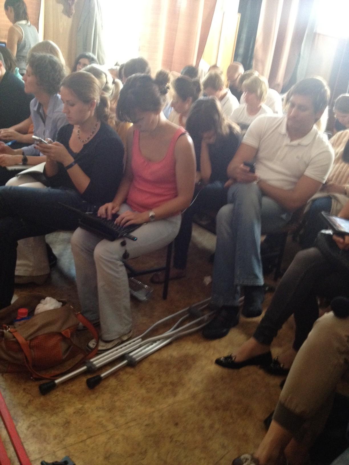 Гудков-младший со сломанной ногой в зале с журналистами