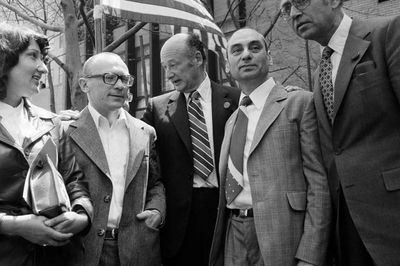 В центре - мэр Нью-Йорка Эд Коч. Слева от него Кузнецов с женой Сильвой Залмансон