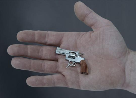 """Рука мужская, чужая, пистолетик тоже не из """"City Arms"""", но похож как младший братец. Стреляет пулями, между прочим. А лучше дарить его возлюбленным, как ювелирное украшение."""
