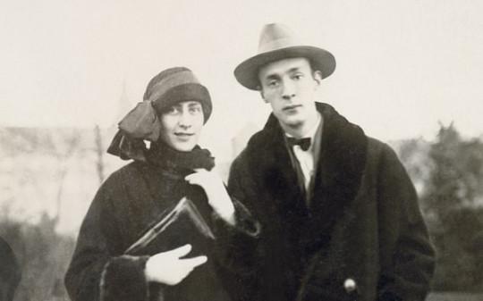 Молодые эмигранты Набоковы  в Берлине. Та самая сумочка?