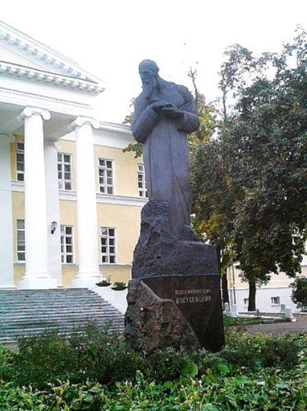 Памятник Достоевскому скульптора Меркурова, для котого ему позировал Александр Вертинский.