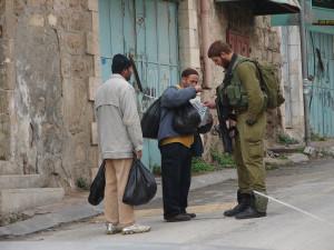 Израильский солдат и два араба  на улице перед Хадассой