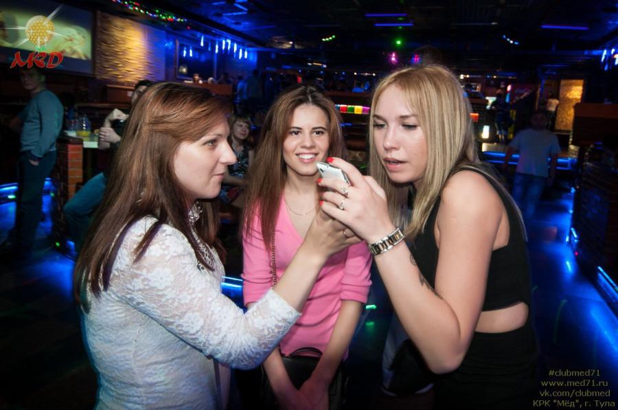 Девушка ночном баре голая округлые формы