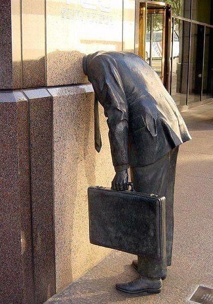 Памятник трудоголику