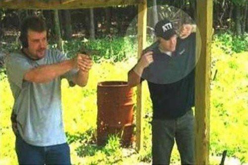 закрыл уши пистолетом