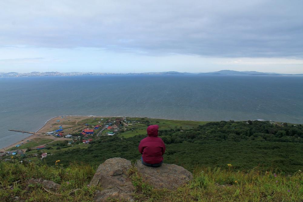 Юля смотрит с горы
