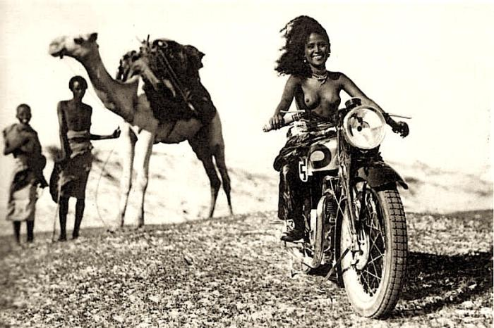 Женщина из племени афаров на мотоцикле в Данакиле, 1939 год, Эфиопия