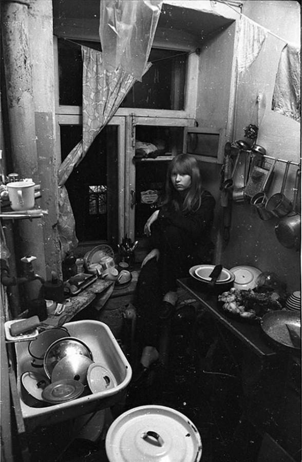 Девочка свинюшка сидит на кухне на закопчёном окошке в комуналке. Москва. 1970-е