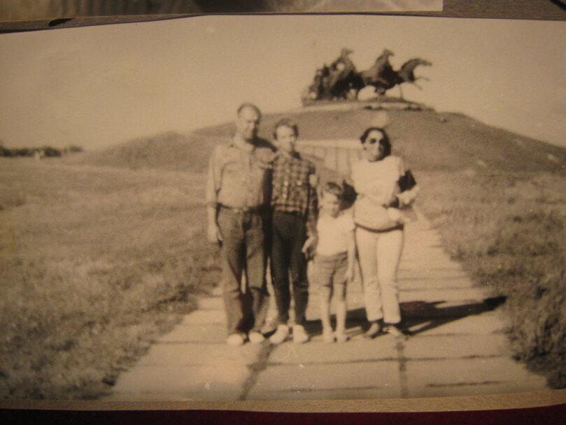 Я с родителями и ещё кое с кем... на отдыхе в Новая Каховка то ли в 1989 годе то ли в 90 уже