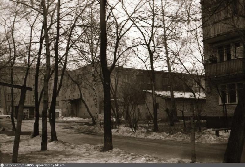 Вид со школьного двора на продуктовый магазин 1985-1990 годы