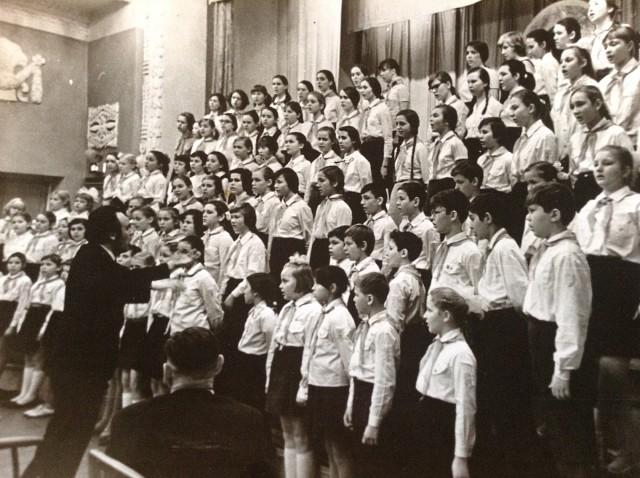 Хор музыкальной школы выступает в Малом зале Консерватории . Дирижирует директор Альберт Князев