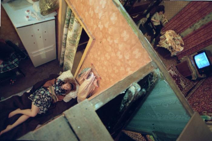 Мать (справа вверху) и дочь (слева внизу) в своей комнате коммунальной квартиры, 1989 год, Москва