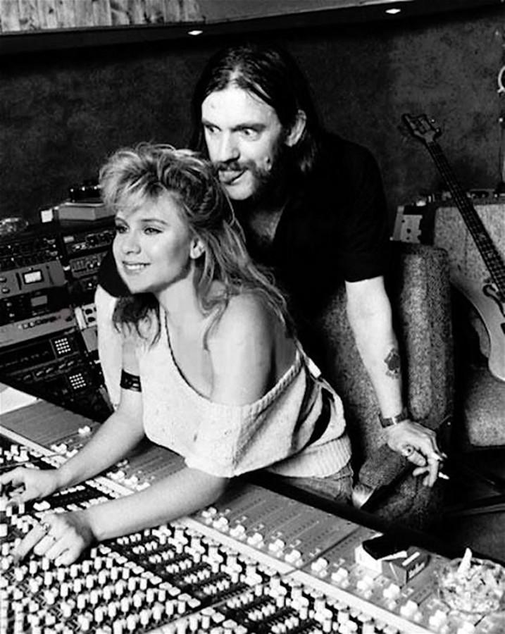 Лемми Килмистер и Саманта Фокс во время записи песни «Beauty And The Beast», 1983 год, Лондон