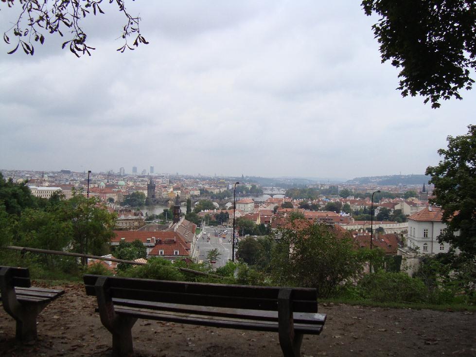 Praga-vid-s-grdchani-lavochka