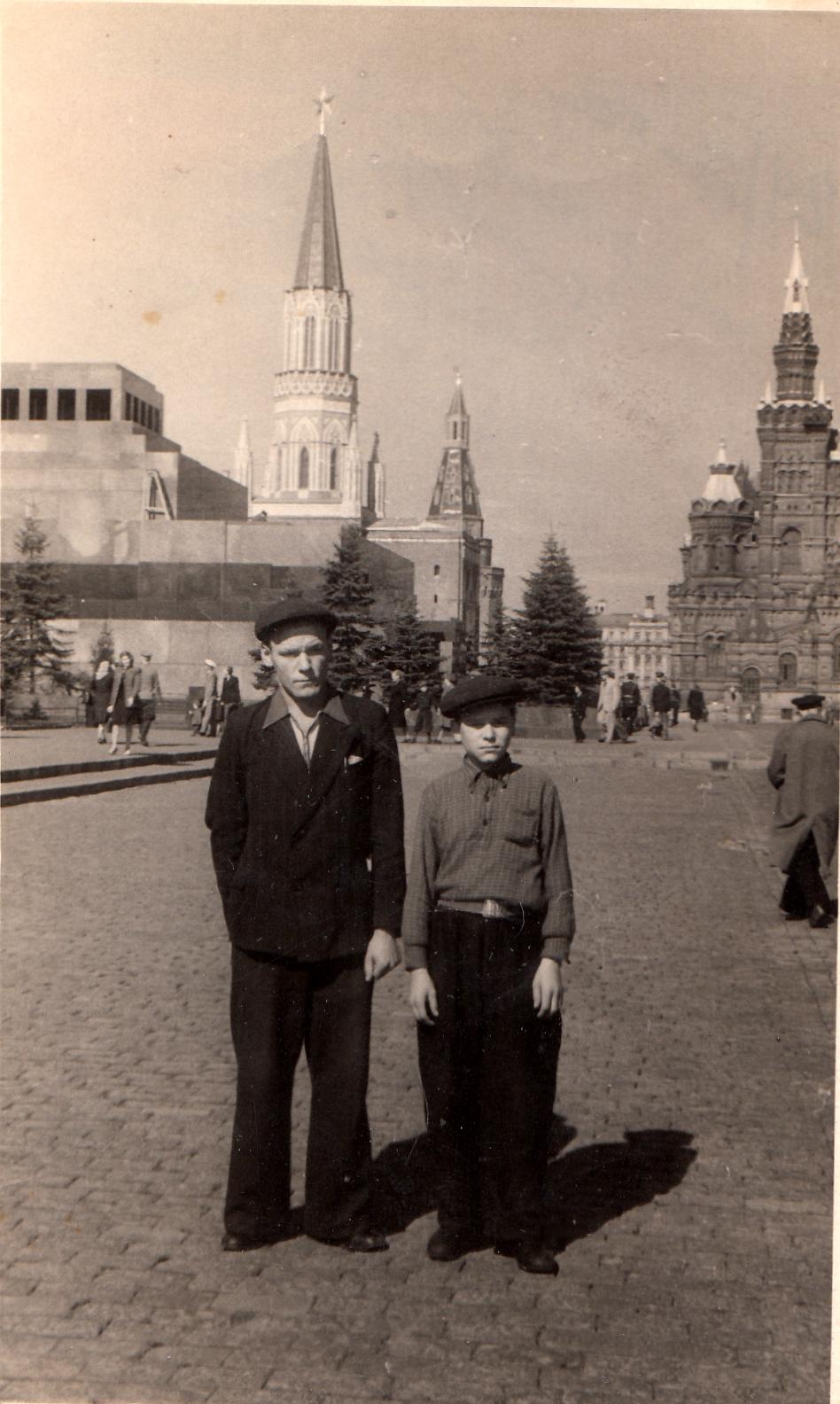Папа (слева), август 1948 года.