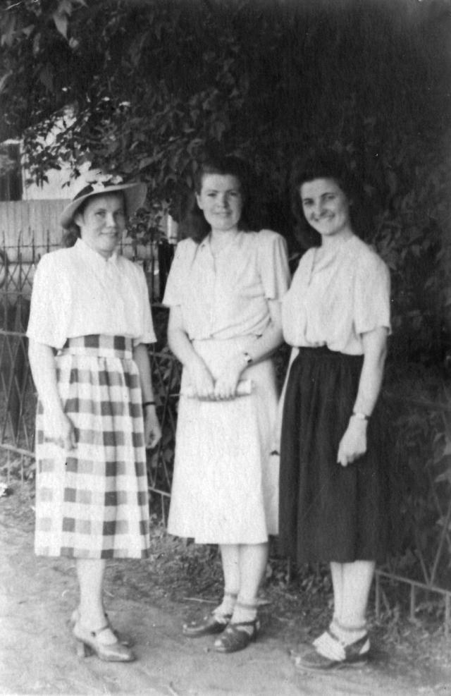 Мама (первая слева) с подругами, начало 50-х