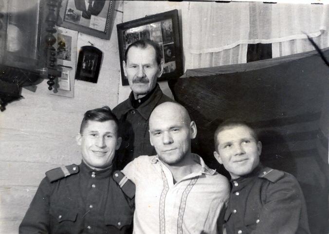 Папа сидит в центре, за ним стоит Аким Михайлович - его отец, мой дедушка. Слева от папы Фёдор Петрович Пенькин - муж папиной двоюродной сестры Анны, а справа - армейский товарищ Фёдора Петровича.