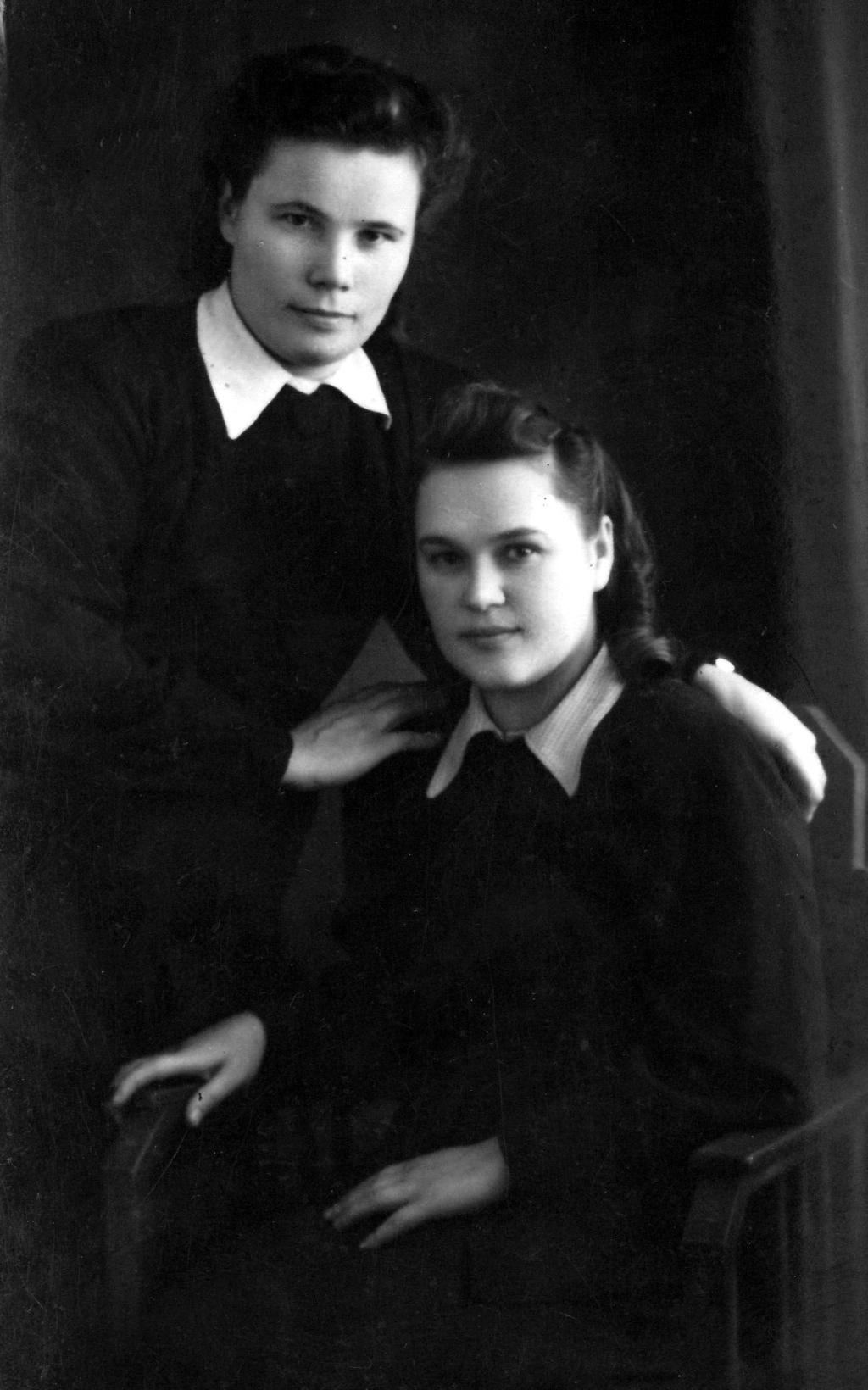 Мама (слева) с подругой Ниной Балан. 1951 год-