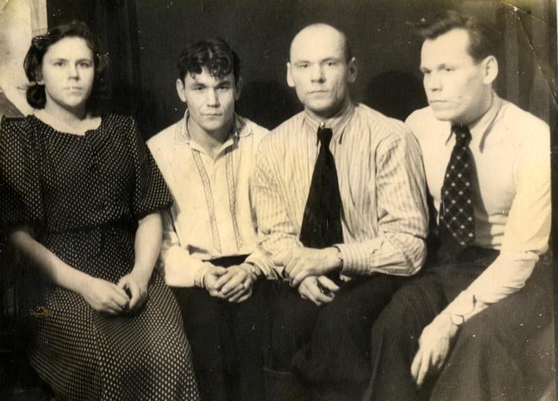 Папа (второй справа) с сестрой Асей, младшим братом Фёдором и старшим братом Евгением, начало 50-х.