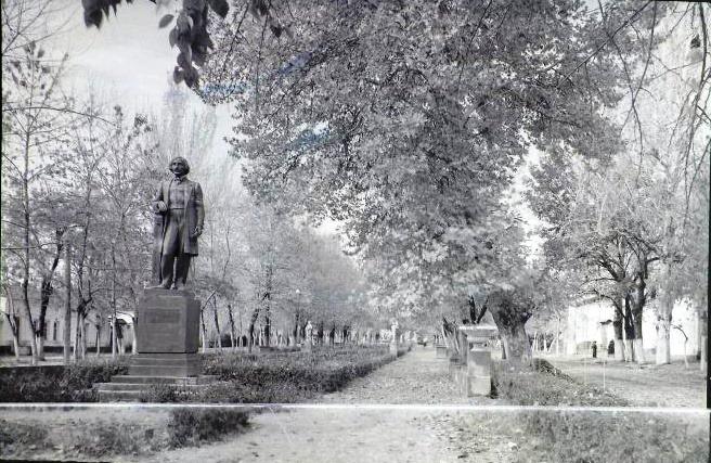 Ташкент, 1951 год: https://mytashkent.uz/2020/06/12/bulvar-na-ulicze-gogolya-1951-god/