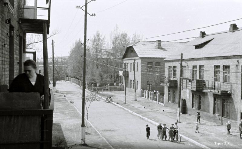 Краматорск, переулок Боша. В доме, где на балконе женщина-соседка, мама пишет это письмо. Снимок 1952 года.