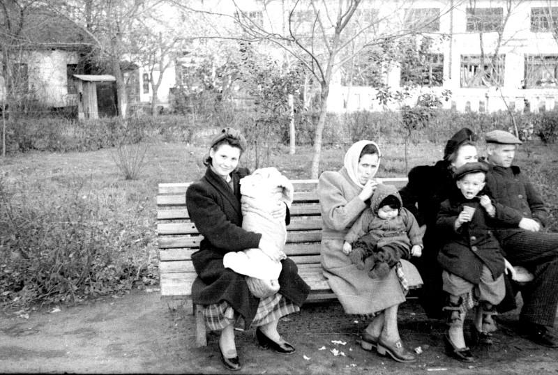Краматорск, 1952 г. Папины первые опыты в фотографии. Люди незнакомые, но позируют. Очень мне нравится этот снимок. Молодая женщина улыбчивая с открытым взглядом, а у той, что постарше, настороженность в глазах. Широкие плечи пальто, мужчина в телогреечке...