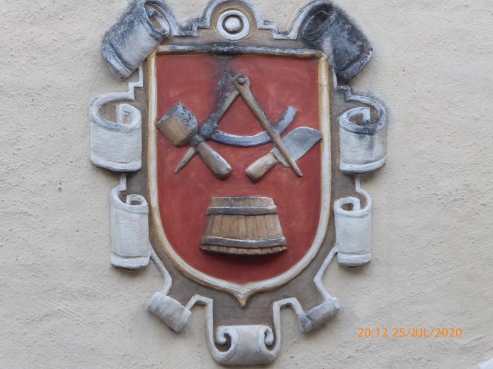 Герб на старом доме сохранился. Владелец много умел.